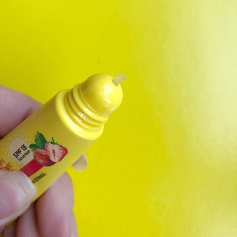 Бальзам лечебный со вкусом клубники для губ Carmex Daily Care Lip Balm SPF 15 Strawberry Tube 10g 2 - Фото 2